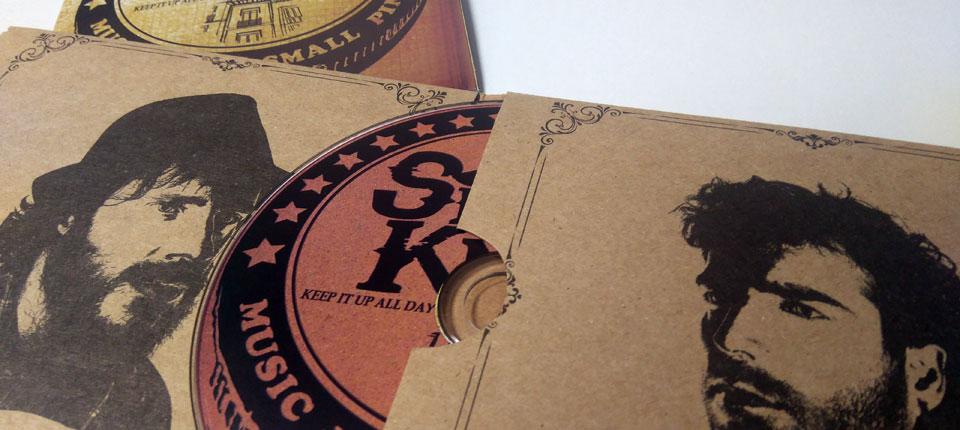 Digipack en carton kraft con ranura lateral y libreto tipo poster